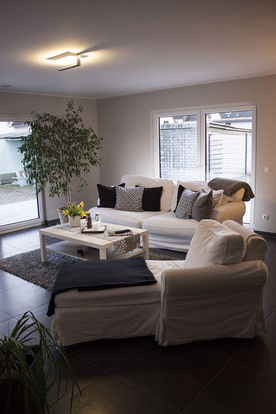 wohnbereich mit grossen fensterflachen im fertighaus von streif